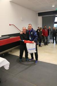 """Distribution de cadeaux ici l'entraineur des """"bleus"""" de l'Asead avec le président d'honneur."""