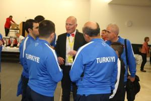 M Jamet en pleine discussion avec l'équipe turque