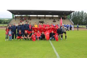 L'equipe Turque avec ses supporters devant la tribune
