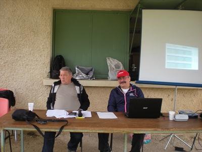 M Thierry Chevanne à l'arbitrage des jeux (à droite) et Laurent à l'affichage des résultats.